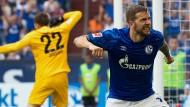 Eine Bewegung, zwei Stimmungslagen: Schalkes Burgstaller (rechts) jubelt, Hertha-Torwart Jarstein hadert.