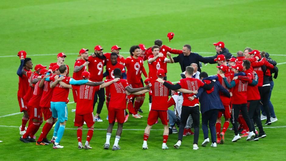 Das gewohnte Bild: Die Bayern bejubeln die nächste Meisterschaft, Thomas Müller gibt den Einpeitscher.