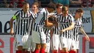 im Juventus-Turin-Look erfolgreich: Eintracht Frankfurt schlägt Schalke 04