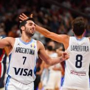 Argentiniens Spielmacher Facundo Campazzo (l.) und Nicolas Laprovittola freuen sich über den Einzug ins Endspiel