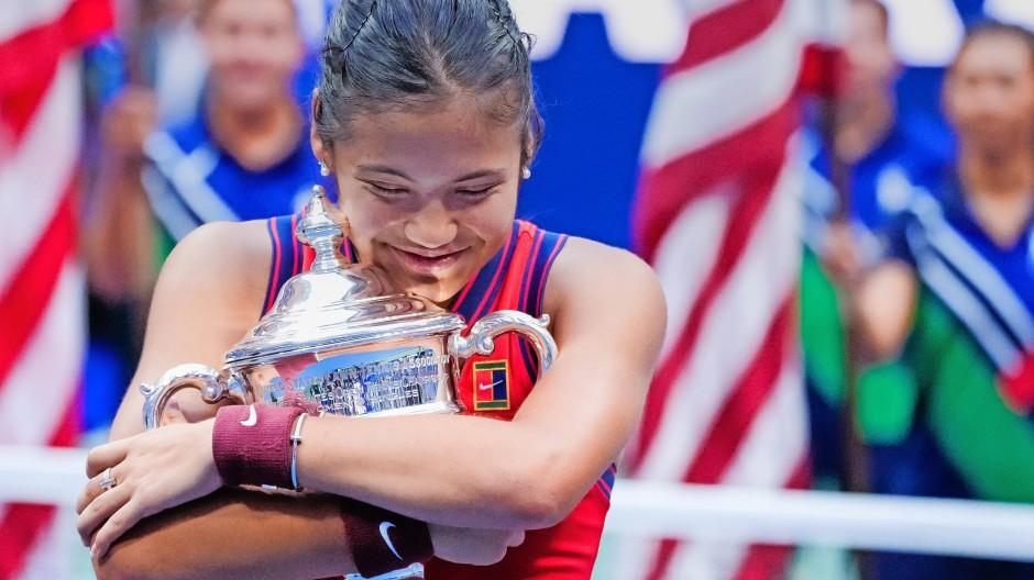 Du gehörst mir: Die Engländerin Emma Raducanu mit ihrer ersten Grand-Slam-Trophäe