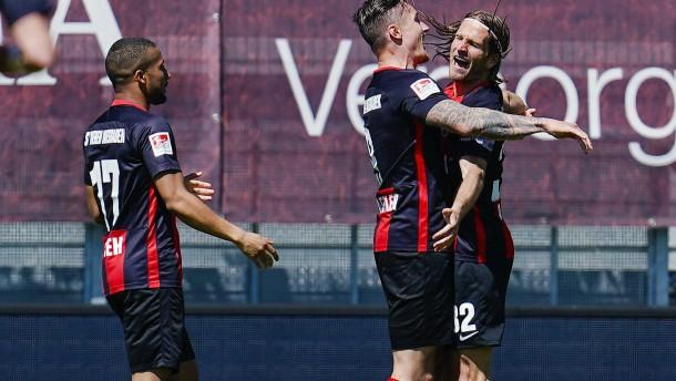 Die Top-Teams stolpern in die neue Fußball-Zeit