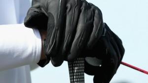 Der Fließbandarbeiter mit den Mafia-Handschuhen