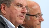 Keine Termin-Kollision: IOC-Präsident Bach (links) und Fifa-Chef Blatter