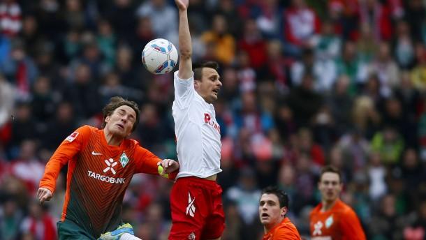 Daneben gegriffen: Der Kölner Slavomir Peszko (weißes Trikot) verbringt die Nacht nach dem Spiel geg