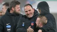 Eine Schlüsselfigur in Heidenheim: Trainer Frank Schmidt (Mitte) arbeitet seit vielen Jahren erfolgreich für den Verein.