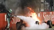 Feuer und Flamme für Lotus: Heikki Kovalainen löscht das Feuer beim Rennen in Singapur selbst