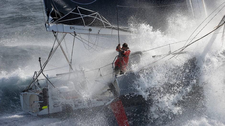 Balancieren an Deck, da fühlt er sich leicht: Boris Herrmann bei einer vergleichsweise gemütlichen Trainingsfahrt im September vor dem Start zur Vendée Globe