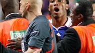 """Didier Drogba (hinten) und seine Schirdsrichterattacke: """"Nachdem ich die Bilder im Fernsehen gesehen habe, akzeptiere ich, dass ich überreagierte"""""""