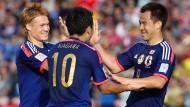 Drei Japaner aus der Bundesliga: Der Mainzer Shinji Okazaki (r.), wird beim Asien-Cup für ein Tor gegen Palästina beglückwünscht vom Stuttgarter Gotoku Sakai (l.) und dem Dortmunder Shinji Kagawa