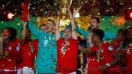 Den Pokal in die Höhe: Die Spieler des FC Bayern bejubeln in Berlin den Sieg im Endspiel gegen RB Leipzig.