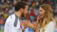 Ein ganz besonderer Tag: Mario Götze mit seiner heutigen Frau Ann-Kathrin nach dem WM-Finale 2014 in Rio de Janeiro.