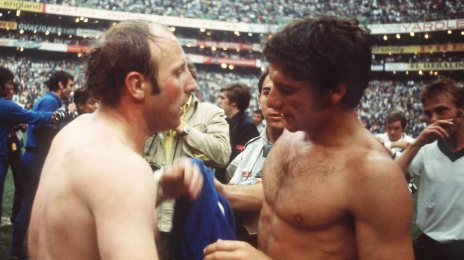 Das Ende des Jahrhundertspiels: Uwe Seeler (links) und Gianni Rivera tauschen die Trikots.