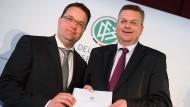 Zahlenwerk: DFB-Präsident Grindel (rechts) und Schatzmeister Osnabrügge.