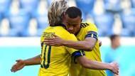 Zwei Spiele, ein Tor, vier Punkte; die Schweden Robin Quaison und Emil Forsberg liegen sich in den Armen.