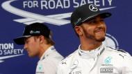 Lewis Hamilton hat gut Lachen: Er verweist Rosberg (links) deutlich auf den zweiten Startplatz