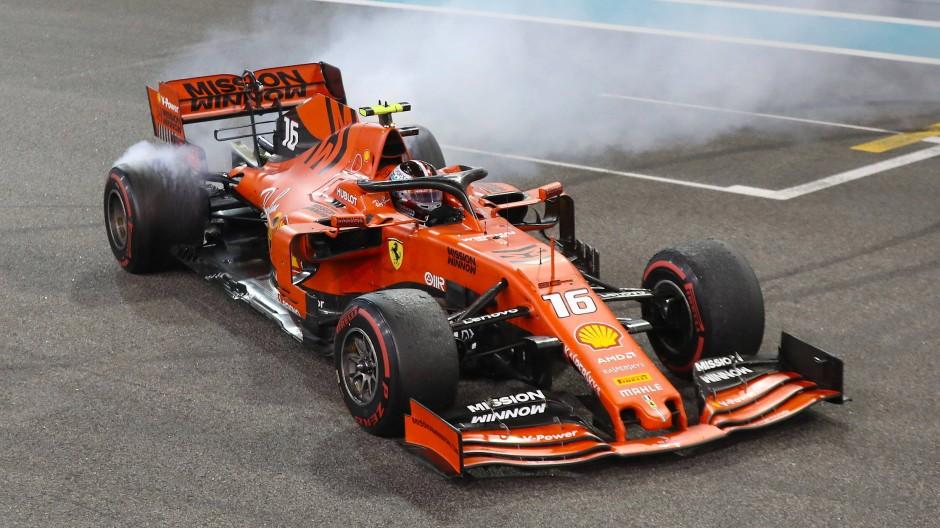 Finale in Abu Dhabi: Viel Rauch um den Ferrari von Charles Leclerc.