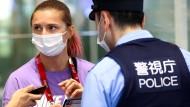 Kristina Timanowskaja am Sonntag am Flughafen mit einem Polizisten