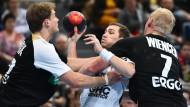 Zupacken ist angesagt: Die deutsche Handball-Nationalmannschaft (im Bild mit Paul Drux (l.) und Patrick Wiencek) soll mit starker Defensive auftrumpfen