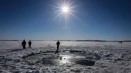 Hier ist ein Brocken abgetaucht: Das Loch am Tscherbakul-See am Ural ist am Wochenende schon wieder zugefroren