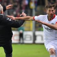 Heftiger Aussetzer: Eintracht-Kapitän David Abraham rennt Freiburgs Trainer Christian Streich um