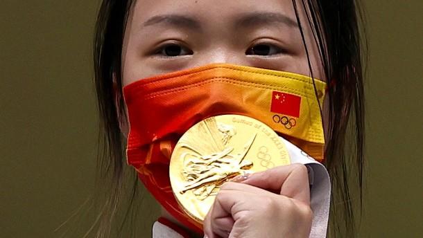 Eine Chinesin strahlt zuerst in Tokio