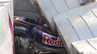 Kaum zu glauben, das nicht mehr passiert ist: Rennwagen von Sainz unter Trümmerteilen