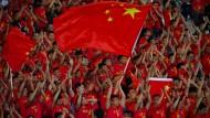 Fußball hat in China noch immer einen schweren Stand. Dennoch ist die Begeisterung für den Sport auf den Rängen zu sehen.