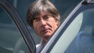 Ende der Analysegespräche: Bundestrainer Joachim Löw verlässt die DFB-Zentrale in Frankfurt