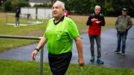 Franz-Josef Zirfas, 75 Jahre alt, auf dem Weg zum Spielfeld nach der Halbzeit beim KSV Eichen in Nidderau
