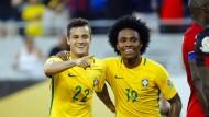 Endlich mal wieder fröhliche Brasilianer: Philippe Coutinho (22) und  Willian (19) feiern den Kantersieg.