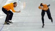 Der Mann am Rande der Eisbahn machte den Stars Beine: Gerard Kemkers, hier mit Sven Kramer