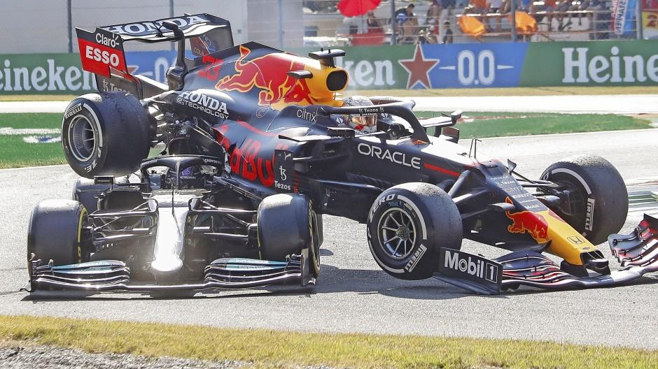 Aufgegabelt: Lewis Hamilton nimmt mit seinem Mercedes den Red Bull samt seinem Rivalen Max Verstappen in der ersten Schikane auf die Hörner.