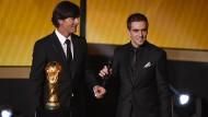 Im Zeichen des WM-Pokals: Welttrainer Löw blickt voller Respekt zu Philipp Lahm