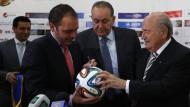 Kampf um den Ball: Kann Prinz Ali Bin Al Hussein Fifa-Präsident Blatter das Spielgerät abnehmen?
