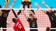 Der Block steht: Simon Hirsch, Tobias Krick und Christian Fromm stellen sich gegen die slowakischen Angreifer.