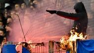 Dunkel vermummte Gestalten sorgen für furchteinflößende Bilder im Frankfurter Stadion.