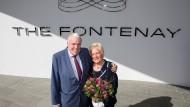 """Klaus-Michael Kühne mit Ehefrau Christine vor dem Fontenay: """"Hamburg hat, hätte ich noch vor einem Jahr gesagt, drei Perlen: die Elbphilharmonie, unser neues Hotel und den HSV. Jetzt hat es leider nur noch zwei Perlen."""""""