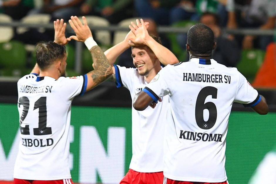 Leibold und Kinsombi jubeln mit Heyer: Der HSV wähnt sich obenauf nach dem 2:0 bei Werder im Nordderby