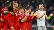 Eine heitere Fußballmannschaft: Der FC Bayern nach dem Sieg über AEK Athen.
