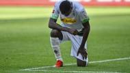 Marcus Thuram kniete nach seinem Tor für Borussia Mönchengladbach als Zeichen des Protests.