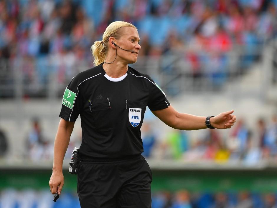 Bibiana Steinhaus pfiff erstmals ein Spiel des FC Bayern.