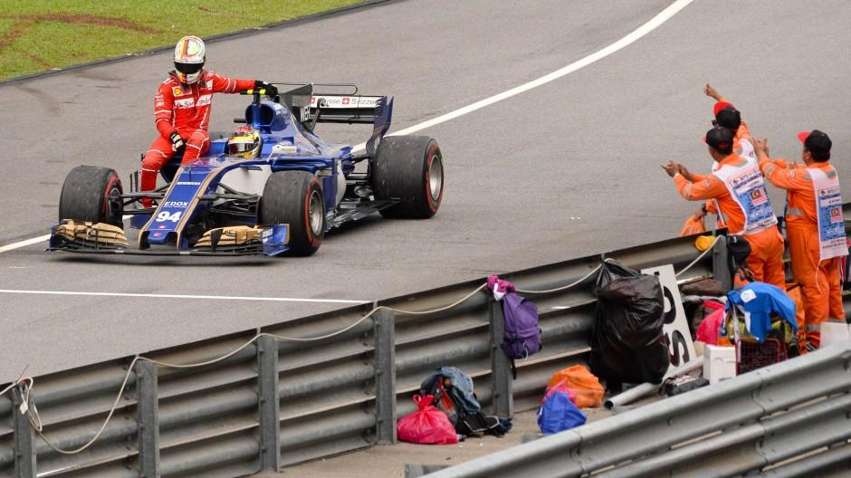 Per Anhalter zur Strafe: Sebastian Vettel lässt sich von Pascal Wehrlein regelwidrig chauffieren