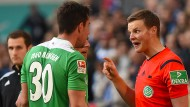 Die Münchner waren nicht einverstanden mit den Entscheidungen von Schiedsrichter Thorben Siewer (rechts).