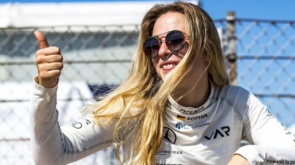 Daumen hoch: Sophia Flörsch möchte nach ihrem schweren Unfall wieder Rennen fahren (Bild von Juli 2018).
