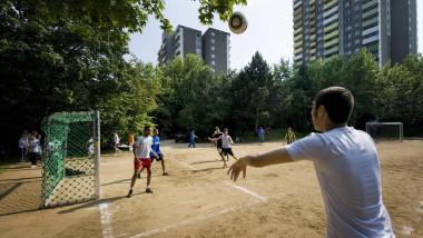 Auf dem Bolzplatz ja, im Verein nein: Flüchtlinge ohne Elternteil in Deutschland erhalten keine Spielerlaubnis vom DFB.