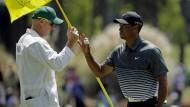 Ungewohnt locker: Tiger Woods mit Caddy