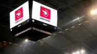 Der Videobeweis muss so transparent wie möglich sein: In der Schalke-Arena sieht der Zuschauer nur Logos