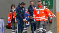 Schalkes Embolo musste mit einer Verletzung abtransportiert werden.