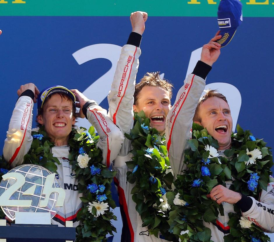 Bernhard zur Bedeutung des Teams beim Sieg in Le Mans (r., neben Earl Bamber und Brendon Hartley, l.). Wir haben mit zwei Minuten Vorsprung gewonnen. Hätten die Jungs drei Minuten länger gebraucht, hätten wir vielleicht nicht gewonnen.